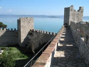 Castiglione kindluse müüridel Trasimeno järve kaldal